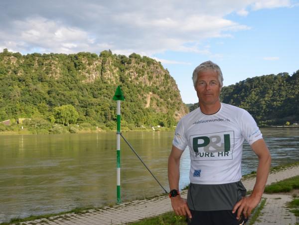 Es ist nicht die Angst, dem Charme der Loreley zu verfallen, die Ernst Bromeis dazu bewegt hat, das UNESCO Welterbe Loreley zu Fuss zu passieren, sondern noch einmal ein Schwimmverbot: Er musste 28 Kilometer zu Fuss zurücklegen.